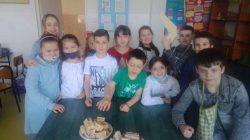 Uczniowie kl 3b uczą się cukiernictwa